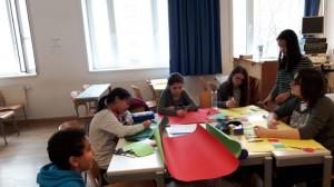 Schülerinnen des GRG11 Gottschalkgasse bei der Gestaltung ihrer Plakate